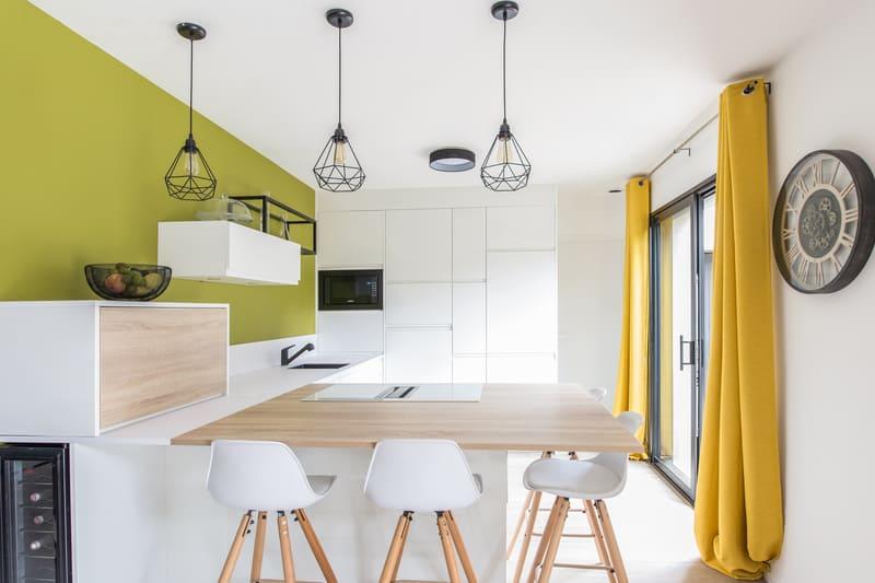 cuisine blanche et couleurs vives jaune vert